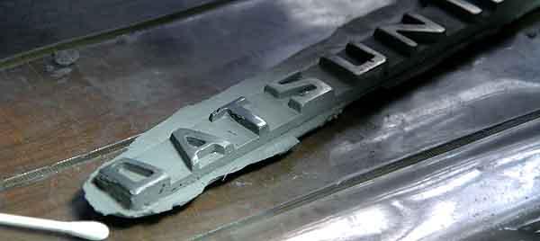 GM-8300を型反転して、磨き込むと・・無垢の金属の光沢が・・GM-8300 アルミパテにて--磨いて--エンブレムのレプリカ作り。磨き仕上げは、ピカールと脱脂綿・綿棒で