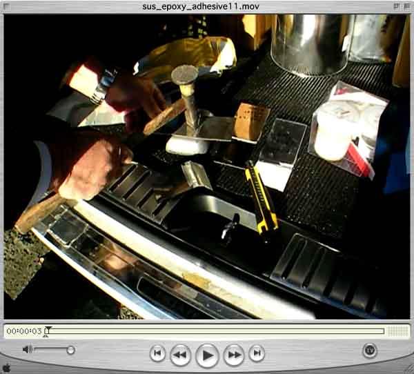 動画写真画像/工具箱を持ち出したと思ったら、ステンレス接着剤の接着板をハンマーで叩き出した・・板金じゃないぞ!!