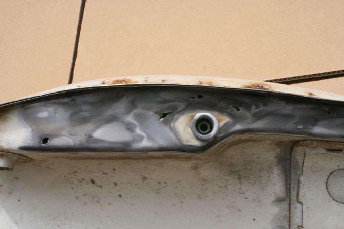 ガソリンタンクの穴あき箇所は・・底部殆ど、全面に亘っていた。穴あき箇所を写真にて記録した。